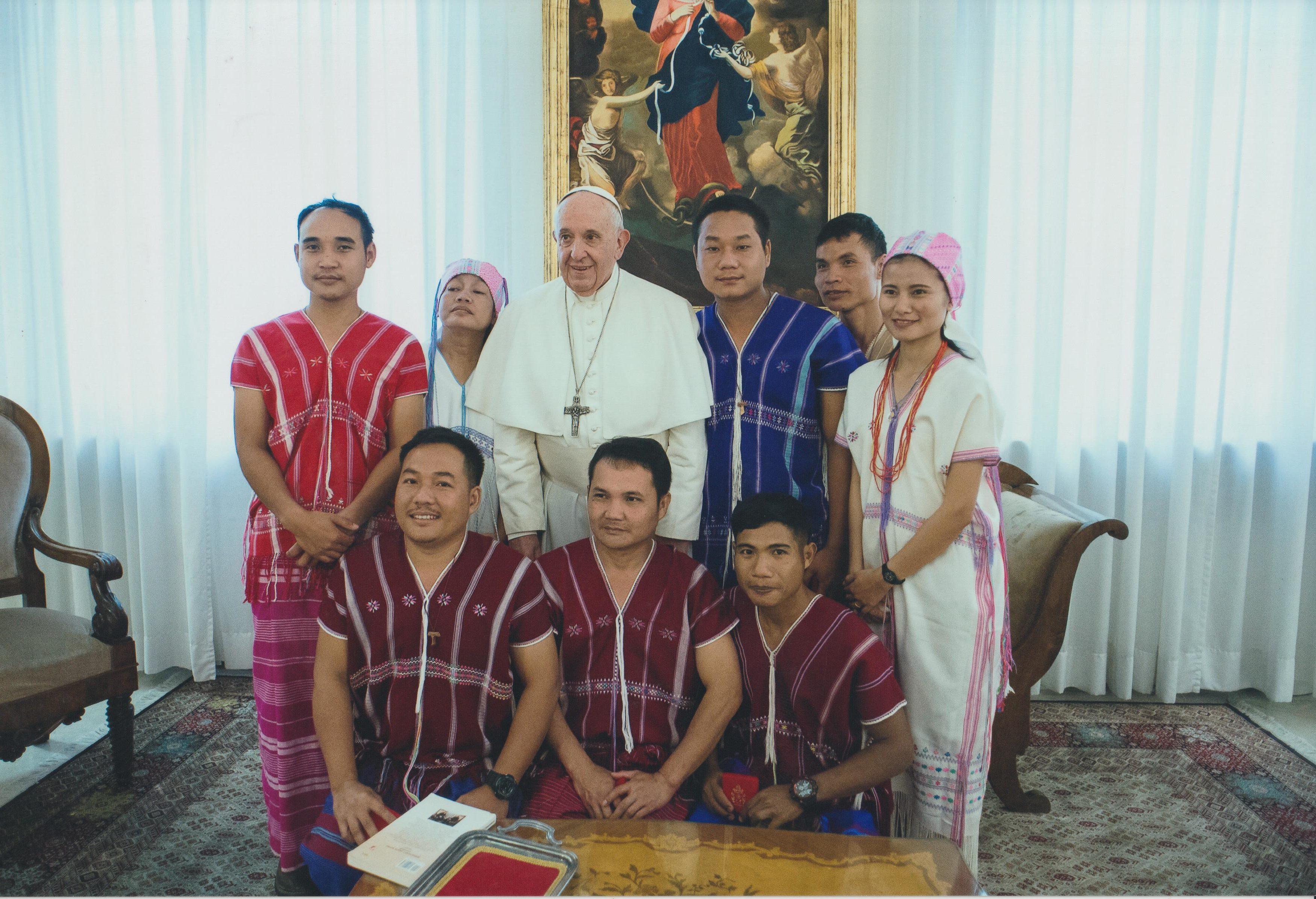 Le Pape Francois entouré des Karens