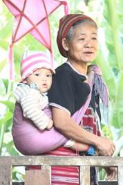 Grand-mère et enfant karen