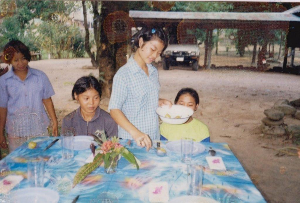 Jean-Marc Cordes apprend aux jeunes de Maetowo à servir à table